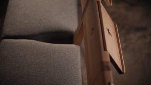 Kaufen Sie einen Kirchenstuhl aus Eichenholz ZOE, Dazu gehört ein Klappzähler für die Bibel oder ein Liederbuch.
