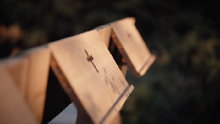 Hölzern, anschließbarer ZOE-Kirchenstuhl mit Klapptisch für ein Liederbuch oder die Bibel.