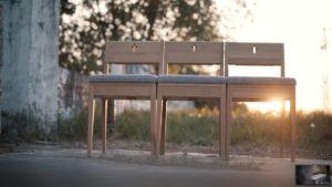 Kaufen Sie einen ZOE-Kirchenstuhl aus Eichenholz mit gepolstertem Sitz.