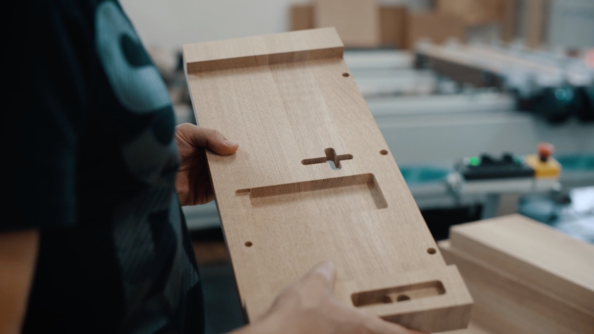 Holz - Herstellung von hölzernen Kirchenstühlen und Kirchenbänken aus Eichenholz.