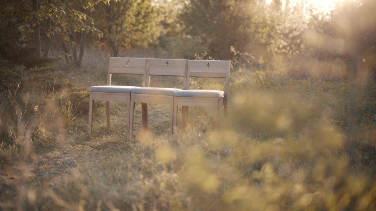 ZOE Kirchenstühle mit einziehbarer Schlinge auf der Bibel.