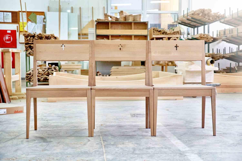 Holz für Kirchenstühle auf Lager für slowakische Herstellung von hölzernen Kirchenstühlen.