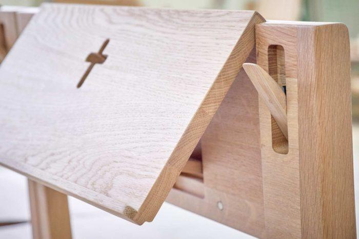 Kaufen Sie hölzerne Kirchenstühle, die durch Verbinden von Stühlen aus Eichenholz hergestellt wurden. Mit Klapphacken und Bibelhalter.